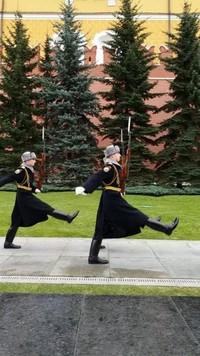 Para tentara yang bertugas saat upacara pergantian tugas jaga