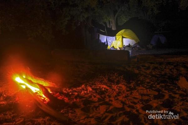 Beginilah suasana tenda saat saya menginap di pulau ini. Di sini kita hanya boleh menyalakan api unggun dengan ukuran api sedang