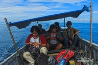 Untuk menuju ke lokasi ini bisa menyewa perahu dari Pelabuhan Paotere Makassar, bisa juga mencari perahu langsung di Kabupaten Pangkep dengan biaya sekitar 200 ribu-500 ribu rupiah karena jarak pulau yang cukup jauh