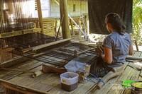 Jika seorang pria di suku kajang dalam bekerja sebagai petani, beda halnya dengan perempuan suku kajang yang berprofesi sebagai penenun.
