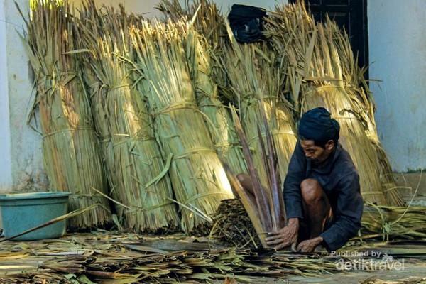 Selain bertani, masyarakat suku kajang juga mencari penghasilan denga cara membuat anyaman atap rumah dari daun nipa.