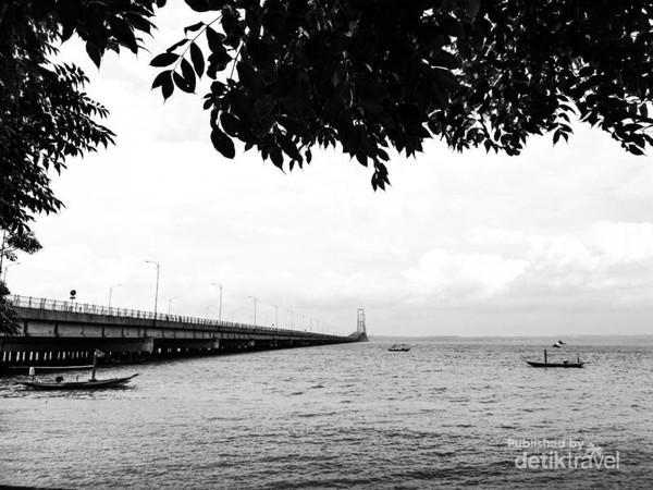 Pantai ini terletak disekitar Jembatan Suramadu , sisi surabaya. Pantai yang sebenarnya cukup bagus buat selfie atau prewedding sekalipun, karena background yg cukup indah.