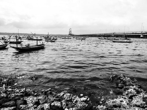 Perahu dibawah jembatan.