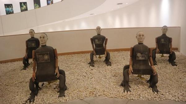 Seniman yang menggelar eksibisi di tempat ini tidak hanya berasal dari Thailand namun juga mancanegara