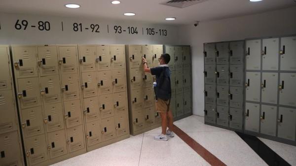Sebelum memasuki area pameran tertentu, pengunjung harus menitipkan barang bawaan di loker yang telah disediakan