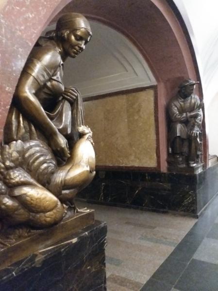 Stasiun Ploshchad Revolyutsii dengan 76 patung perunggu yang menggambarkan masyarakat Soviet dengan berbagai profesinya
