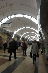Meskipun tampak sederhana, lampu yang menghiasi salah satu stasiun Moskow ini cukup unik
