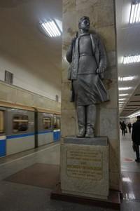Masih di Stasiun Partizanskaya, dengan patung-patung di antara platform kereta