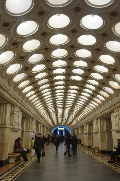 Stasiun Elektrozavodskaya yang sangat bercahaya dengan 318 lampu di langit-langit stasiun dan memiliki relief pada pilar di aula utama yang terbuat dari marmer Prokhoro-Balandino