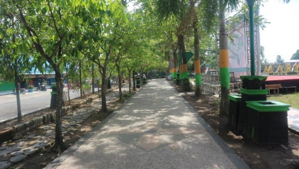 Pepohonan teduh yang menghiasi jalur pedestrian alun-alun Ratu Zalecha