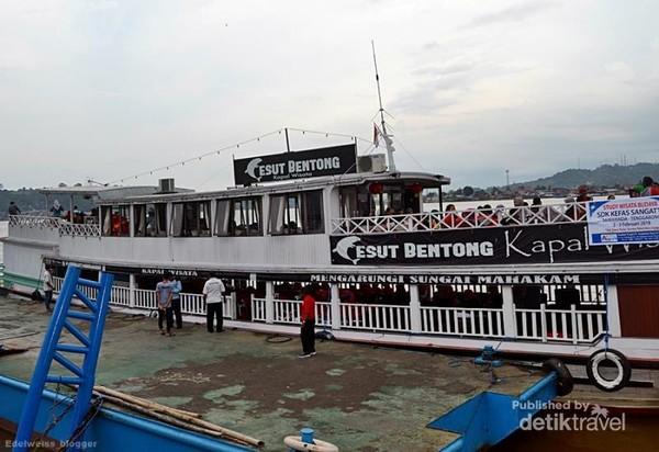Kapal Pesut Bentong salah satu armada wisata susur sungai Mahakam Kota Samarinda.
