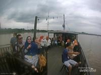 suasana sore menyusuri Sungai Mahakam di Kapal Wisata sangatlah menyenangkan.