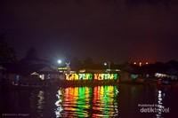 dari jembatan Mahkota 2, biasanya Kapal wisata akan singgah sebentar di Kampung Ketupat agar wisatawan bisa berfoto.