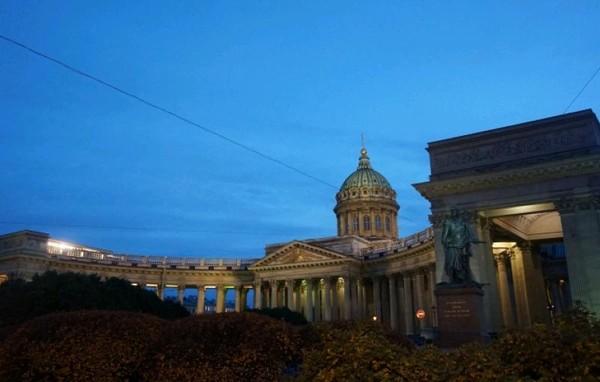 Salah satu bangunan bersejarah, Kazan Cathedral yang tampak mewah di malam hari