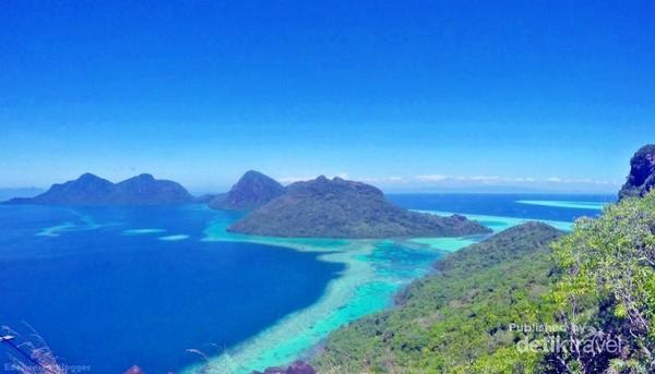 Pemandangan dari Puncak Pulau Bohey Dulang, Tun Sakaran Marine park.
