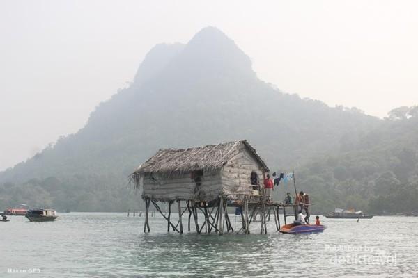 Kampung di atas air suku Bajau Laut, tahun 2015.