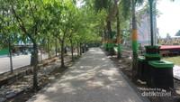 Jalur pedestrian di alun-alun yang cukup teduh
