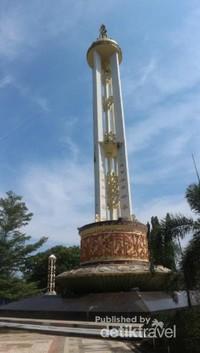 Tugu dengan simbol ayat-ayat Al Quran yang menggambarkan masyarakat Banjar yang religius