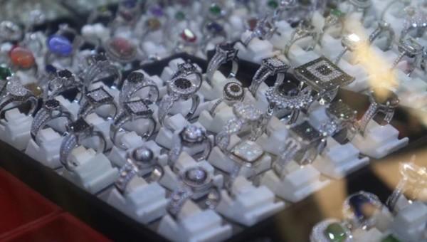 Batu mulia di pasar ini tersedia dalam aneka rentang harga dan kualitas