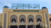 Bagian depan Masjid Agung Al Karomah