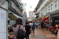 Di kanan dan kiri jalan berjajar toko-toko yang menjual aneka souvenir.