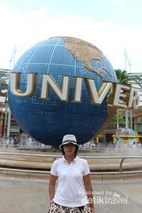 Bola dunia dalam ukuran besar ini menyambut pengunjung sebelum memasuki kawasan universal studios.