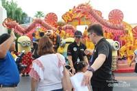 Petugas tengah mengatur pengunjung yang akan berfoto bersama karakter tokoh kartun yang ada di sini.