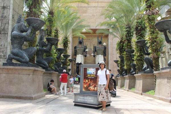 Selain keseruan permainannya , universal studios juga memiliki spot yang menarik untuk berfoto , seperti pada gambar yang berlokasi di zona Ancient Egypt.