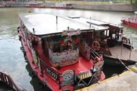 Perahu-perahu yang siap mengantar pengunjung menyusuri sungai