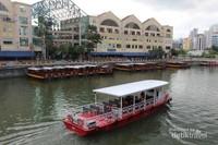 Perahu-perahu berjajar rapi menunggu pengunjung