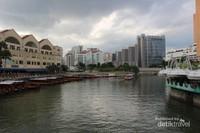 Sungai dengan air yang tenang dengan pemandangan gedung-gedung di sekelilingnya