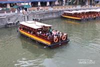 Serunya menikmati perahu menyusuri sungai