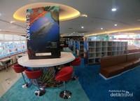 Bagian dalam area perpustakaan tampak modern dan menarik