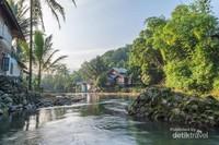 Pemandangan pemukiman penduduk disisi sungai Amandit, desa Loksado