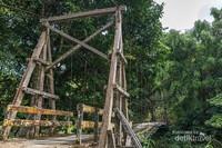 Perjalanan menuju air terjun Haratai harus melalui beberapa jembatan yang terbuat dari kayu, beberapa rapuh dan harus berhati hati.
