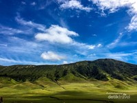 Hamparan hijau pengunungan dan birunya langit memberikan suasana  dramatis landscape bromo