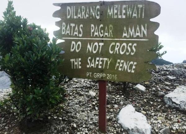 Papan Peringatan agar tidak melewati pagar pembatas, dengan tujuan agar wisatawan tidak sampai terjatuh ke dalam kawah saat asyik berfoto