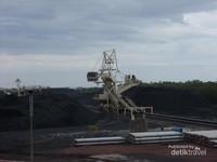 Suasana tempat penimbunan batu bara