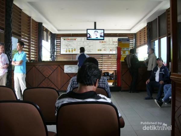 Suasana dalam bandara menunggu pesawat yang akan membawa penumpang dari Sanggata ke Balikpapan