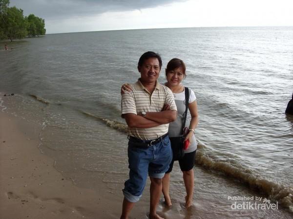Foto Sahabat kami (Mr. Yuyu dan Mrs. Ani) saat mengabadikan kenangan di Pantai Lamaru