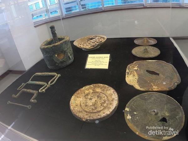 selain keramik, terdapat juga kepingan uang logam dan benda logam lainnya