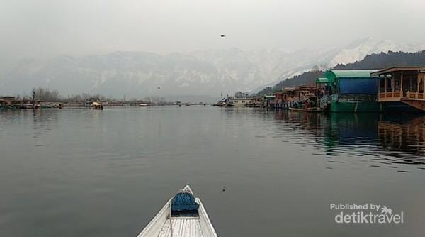 Shikara ride, menikmati indahnya Danau Dal