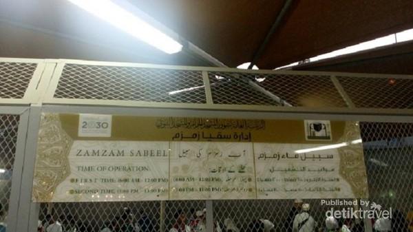 Zamzam Sabeel beroperasi  hari puku 6 pagi sampai 12 siang, dan jam 5 sore jam 11 malam.