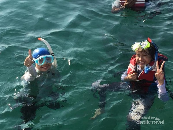 Berfoto sebelum snorkeling
