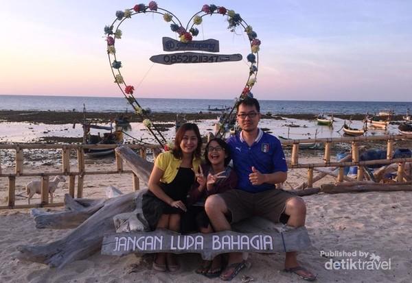 Foto bersama keluarga mengabadikan kenangan di Gili Ketapang yang instagramable