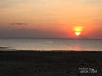 Suasana sunset yang luar biasa dinikmati dari tepi pantai Gili Ketapang