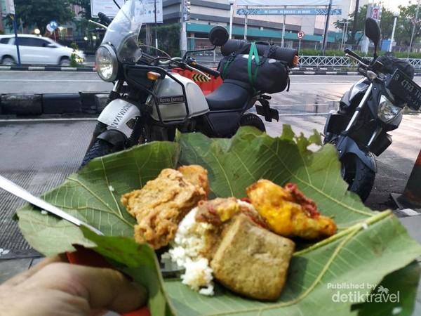 Inilah Nasi Jamblang khas Cirebon. Lauknya beraneka jenis.