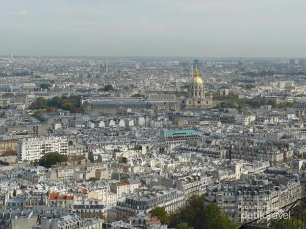 Pemandangan Kota Paris tampak dari atas Menara Eiffel
