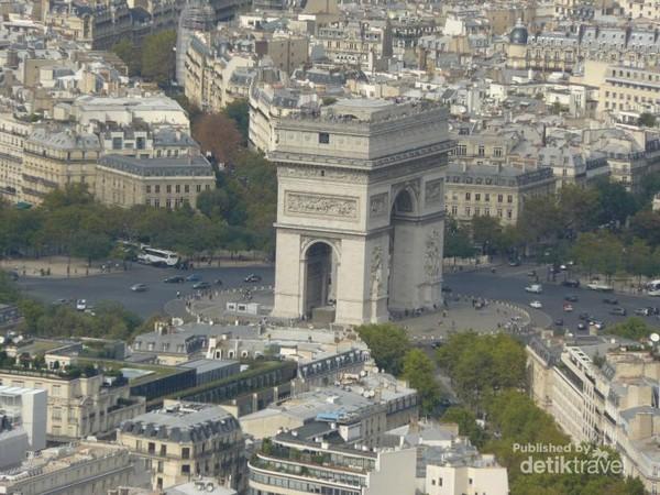 Tampak Monumen Arc de Triomphe dari atas menara
