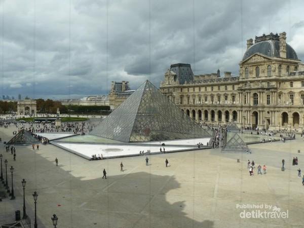 Tampak Piramida Kaca Louvre dilihat dari dalam museum